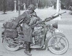Soldado italiano con una Guzzi Super Alce. Más en www.elgrancapitan.org/foro