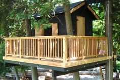 tree house with a deck by Doug Abbott of Village Builders by bettie Simple Tree House, Large Backyard Landscaping, Backyard Designs, Backyard Kids, Rock Landscaping, Tree House Plans, Cool Tree Houses, Tree House Designs, Diy Holz
