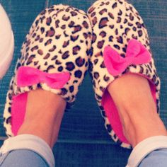 Want cute slippers Sock Shoes, Shoe Boots, Fur Boots, Cosy Outfit, Cute Pjs, Fuzzy Slippers, Getting Cozy, Girly Things, Girls Shoes
