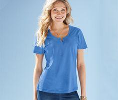 Kurzarm-Shirt für 10,95 € - Für sommerliche Tage. Das Shirt ist aus Bio-Baumwolle gefertigt und hat einen Rundhalsausschnitt mit Schlitz und Zierknopf.