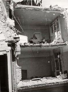 Ebéd után a romos erkélyen, 1945. History Photos, Budapest Hungary, Vintage Photography, Old Photos, World War, The Past, Europe, Ww2, Berlin