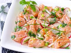 Ceviche: zo maak jij het thuis // Your Little Black Book Ceviche, do you already know this delicious dish? Shame on you, because it's really great! Discover my favorite recipe on Your Little Black Book >> Fish Recipes, Seafood Recipes, Chicken Recipes, Healthy Recipes, Recipe Chicken, Chicken Salad, Fish Dishes, Tasty Dishes, Tapas