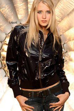 Модная лаковая женская куртка