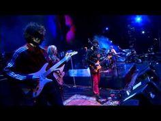 """Bajan- """"Si hay un sueño cumplido, es este"""", dice Gustavo Cerati al terminar de tocar esta canción junto a Luis Alberto Spinetta. Esta es la segunda canción que tocó como parte del concierto """"Spinetta y las Bandas Eternas"""", realizado en Buenos Aires a fines de 2009."""