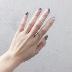 | 麻花戒指 || 金/ 銀 | | Midi ring || 金/ 銀 | 簡單的飾物絕對能畫龍點睛!這兩款來自韓國的戒指是我們的首選~麻花的比較girly是Iris最愛,而midi ring則是Lois最愛,酷酷的很帥氣 麻花// Freesize(可調較) Midi ring//14/15/16mm $45/30包平郵 whatsapp 64781768