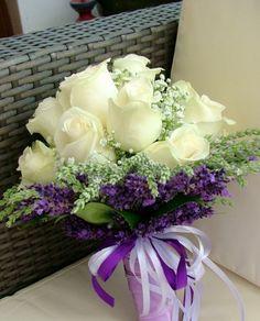 Menyasszonyi csokor fehér rózsából és levendulából