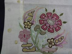 Basit nakis igneleri Embroidery Dress, Hand Embroidery, Machine Embroidery, Embroidery Designs, Jacobean, Learn To Sew, Paper Cards, Embroidered Flowers, Beading Patterns