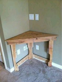This could be great in the dining room for flowers or cell phone charge station! Recycled pallet wood corner desk - Model Home Interior Design Pallet Crafts, Diy Pallet Projects, Home Projects, Pallet Ideas, Wood Corner Desk, Corner Table, Corner Shelf, Corner Bar, Corner Space