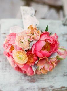 bouquet de mariée rond de renoncules et pivoines roses