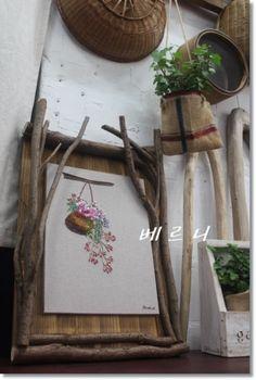 작년에 만들었던 나무 액자랍니다~~~ 씨앗바구니에 꽃을 한 아름 꽃아넣고 바구니랑 저 많은 꽃들을 자수로... Ribbon Embroidery Tutorial, Embroidery Flowers Pattern, Hand Embroidery Stitches, Silk Ribbon Embroidery, Embroidery Art, Embroidered Flowers, Flower Patterns, Cross Stitch Embroidery, Creative Textiles