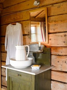 PLEASANT ATMOSPHERE: In the bedroom stands a basin, and beside hanging grandmother's night shirt from the Woodlands Cottage, Cabin Interiors, Green And Brown, Scandinavian Design, Country Style, Light In The Dark, House Tours, Toms, Rustic