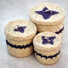 """A palha da Carnaúba, árvore muito encontrada na região do nordeste do Brasil, é muito utilizada para fazer trançados. Estes cestos são feitos com o material e são resultado de um projeto chamado """"Trançados da Ilha"""" realizado com mulheres de uma comunidade no Piauí. // The straw from """"Carnaúba"""", a tree found in the northeast region of Brazil, is widely used to make the braided. These baskets are made with the material and are the result of a project called """"Trançados da Ilha""""."""