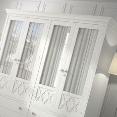 Armario clásico 4 puertas con cristal y visillo de estilo Provenzal, color blanco lacado. http://www.rusticocolonial.es/mueble-clasico/muebles-de-dormitorio-clasicos/armarios-cl%C3%A1sicos