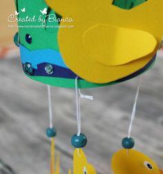 Ein Ententeich-Mobile als Babygeschenk ist eine ganz besondere und kreative Idee für einen besonderen Moment, für stolze Eltern und glückliche Babys. Lesen Sie den kompletten Beitrag und die Anleitung dazu in unserem Kreativforum unter http://forum.folia.de/basteln-fuer-besondere-anlaesse/2353-babygeschenk-ententeich-mobile-mit-vorlagebogen-zum-ausdrucken?_=1468560363187