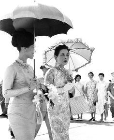 สมเด็จพระนางเจ้าฯ พระบรมราชินีนาถ และ Soong May-ling ภรรยาประธานาธิบดีเจียงไคเช็ค