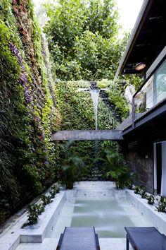 """Casa Arif Noor (Foto: Filippo Bamberghi). """"O grandioso muro abriga jardim vertical com cerca de 8 mil plantas, compradas pessoalmente pelo proprietário em fazendas na região de Guaratiba, Rio""""."""