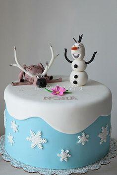 Disney Frozen inspired Cake http://birthdays.momsmags.net/disney-frozen-birthday-cake-ideas-girls/
