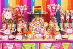 temática de arco iris con candyland, un look súper divertido y festivo para una mesa dulce. #MesasDulces