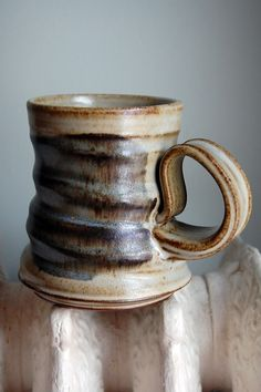 Ralph Nuara - tea mug Great idea for a handle! Pottery Mugs, Ceramic Pottery, Clay Cup, Wheel Thrown Pottery, Pottery Techniques, Earthenware, Stoneware, Ceramics Projects, Tea Bowls