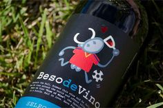 Special WorldCup edition of 'Beso de Vino' brand. The bottle wine includes an #augmentedreality experience. Label design by #Kukuxumusu.