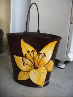 Pintura em latão Painted Milk Cans, Painted Bags, Hand Painted, Flower Pot Crafts, Flower Pots, Arte Pallet, Jute Tote Bags, Drawing Bag, Bazaar Ideas