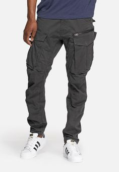 If there's one brand that knows how to rework cargo trousers, it's this one. Statement pockets on the front give a nod to to the style's heritage while the streamlined, tapered fit and cropped cut update this pair for the century. Cargo Pants Outfit Men, Mens Jogger Pants, Joggers, Large Men Fashion, Urban Fashion, Mens Taper, Raw Jeans, Casual Outfits, Men Casual