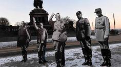 """21. Januar: Alle ganz weit außen Koblenz, Deutschland. Na, erkennen Sie alle? Auch wenn wir in der Aufzählung nun links anfangen, stehen alle gewissermaßen am rechten oder linken Rand des Bildes: Der ehemalige Dikatator Spaniens, Franco, daneben Joseph Stalin, in der Mitte Adolf Hitler, ihm zur Seite Benito Mussolini und der französische Schlachtmarschal Philippe Pétain. Demonstranten haben die Papp-Aufsteller der Diktatoren und brutalen Feldherren am """"Deutschen Eck"""" aufgestellt - aus…"""