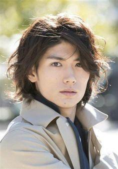 Haruma Miura มารับบท Eren Jaeger พระเอกของเรื่องที่เพิ่งเข้ามาร่วมกับหน่วยสำรวจต่อสู้กับพวกยักษ์ไททัน
