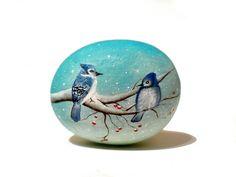 Pintada piedra sasso dipinto una mano.  Pájaro en por OceanomareArt