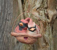 Diese Kardinäle sind in ihrem Nest schlafen versteckt. Sie sind kuschelte zusammen halten warm und träumen. Die Vögel sind aus verschiedenen farbigen Ton stellen und fertig mit Underglazes, die Details zu bringen. Die Kardinäle sitzen in einer Nut, die ungefähr 2 Zoll breit ist. Sie hängen von einem Kupferdraht.  Die Kardinäle, die Sie erhalten können variieren leicht von der hier abgebildete - ich nenne es Persönlichkeit. Es wird jedoch sehr sehr nahe, in Form, Größe und natürlich…