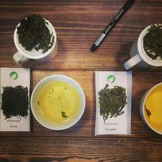 """Как выбрать зелёный чай? 1) Японские чаи обрабатывают паром и из-за этого, в их аромате и вкусе много """"травы"""". Они свежие, лёгкие, изумрудные. 2) Китайские зелёные чаи обжаривают и из-за этого в их аромате и вкусе """"травы"""" нет. Они красивые, вкусные и все такие янтарные. Первые освежают, а вторые согревают. Мешать не рекомендуем! :))"""