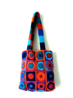 Dutch website. Lovely in your face colour combo on this spotty bag. Details with link to the crochet square pattern used which has a Universal crochet chart: http://www.jellina-creations.nl/2/post/2012/01/a-granny-a-day-15351.html