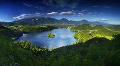 Le lac de Bled entouré des Alpes juliennes