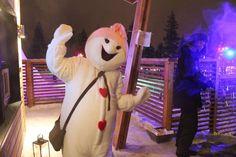 Rovaniemellä Joulupukin pajakylässä toimivaan Lumiukkomaailmaan saapuivat pitkän kesän jälkeen uusia lumiukkoja talven viettoon. Tässä revontulia rakastava Aurora, joka teki yhdessä lasten kanssa valotikuilla hienon revontuliseinämän sisäänkäynnin yhteyteen.
