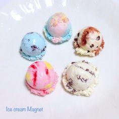 アイスクリームをマグネットにして・・・。溶けない魔法のアイスをあなたにおとどけ!あつい夏に見た目も涼しいアイスクリームを飾って気分をリフレッシュしませんか?フレーバーは「クッキークリーム」、「ストロベリーケーキ」、「モカチョコレート」、「コットンキャンディー」の5種類です!どのフレーバーがお好き?●カラー:クッキークリーム、ストロベリー、モカ、コットンキャンデー、チョコミント●サイズ:アイスのみ直径2.5㎝ フリル含む直径3㎝~3.5㎝●素材: 樹脂粘土●注意事項:細かいパーツがございます。小さなお子様のいらっしゃるご家庭では誤飲にお気を付けください。気を付けて作成しておりますが、ひとつ、ひとつ手作りの為、パーツによっては指紋等残ってしまう場合がございます。ご理解いただけますようお願いいたします。●作家名:Premierアクセサリー//可愛い/フェイクスイーツ/スイーツデコ/リアル/フェイクフード/小物雑貨/お菓子/デザート/日用品雑貨/文房具/食品サンプル/磁石/菓子/カワイイ/【配送】ゆうパック(保証・追跡サービスあり)レターパック(保証なし・追跡サービスあり)定形外郵便物…