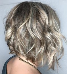 Wavy Angled Bob With Platinum Highlights bob frisuren 60 Beautiful and Convenient Medium Bob Hairstyles Blonde Bobs, Short Blonde, Blonde Hair, Short Wavy, Wavy Hair, Bob Haircuts For Women, Medium Bob Hairstyles, Hairstyles 2018, Curly Haircuts