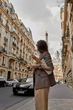 Parisian Chic Look Fashion Style Tips - Knitters Esmod Paris, Paris Girl, Parisienne Chic, Classy Aesthetic, City Aesthetic, Aesthetic Fashion, Capsule Wardrobe Essentials, Simple Fall Outfits, Images Esthétiques