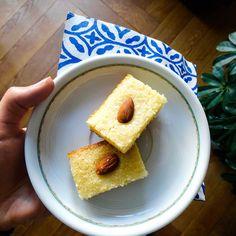 Gâteau de semoule oriental parfumé à la fleur de rose Cornbread, Cereal, Oriental, Rose, Breakfast, Ethnic Recipes, Sweet Recipes, Flower, Food
