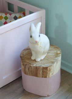 Table de nuit rondin de bois - small wooden nightstand, half-dipped in paint. Tree Stump Table, Tree Stumps, Casa Kids, Deco Kids, Wood Chest, Little Girl Rooms, Kid Spaces, Kidsroom, Kids Decor