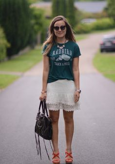 Hvid blondenederdel og college tee | Emily Salomon