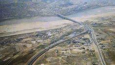 1970년대 강남개발 이전의 한남대교 주변의 모습. 굽어서 사진의 좌하단으로 뻗은 길이 경부고속도로. 오른쪽 작은 도로가 지금의 강남대로 초입. 잠원동,신사동,압구정동 일대가 거의 텅 비어있다.