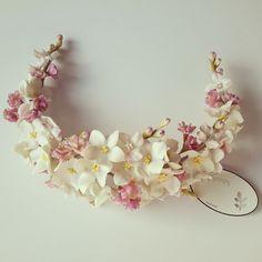 PIKI-PIKONNA: CORONA TRASERA DE PORCELANA (COLECCIÓN DE TOCADOS ... Flower Headpiece, Headpiece Wedding, Bridal Headpieces, Fascinator, Diy Crown, Paperclay, Floral Headbands, Crown Hairstyles, Tiaras And Crowns