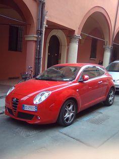 Un' Alfa Romeo rosso ai portici