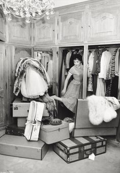 glamorous Italian actress Gina Lollobrigida packing for a trip. Looks like my packing paris Gina Lollobrigida, Vintage Glamour, Vintage Beauty, Vintage Fashion, Vintage Style, Women's Fashion, Southern Fashion, Southern Women, Italian Actress