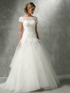 DESIR Hervé mariage : un très joli détail avec cette basque dentellée // Plus sur http://www.yesidomariage.com/robes-costumes/un-week-end-seville-pour-preparer-votre-mariage-teste-pour-vous/