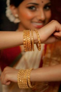 indian gold jewellery, diamond jewellery, temple jewellery, antique jewellery, ruby and emerald jewellery collection India Jewelry, Temple Jewellery, Gold Jewelry, Jewelery, Jewellery Box, Gold Necklace, 22 Carat Gold, Gold Bangles Design, Bangle Set