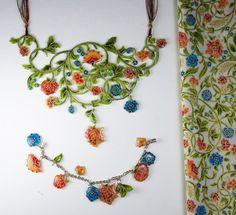 お気に入りの布を、UVレジンでコーティングしてアクセサリーにするアイデア。細かくパーツに分けたブレスレット、柄を大きく生かしたネックレス、雰囲気が異なってどちらも素敵ですね。