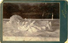 Sorry image is so small, ~✿ Antique Pictures, Old Pictures, Vintage Photos, Sorry Images, Kid Photos, Post Mortem Photography, Momento Mori, Creepy Dolls, Macabre
