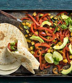 Probiere Gemüse-Fajitas jetzt bei FOOBY. Oder entdecke weitere feine Rezepte aus unserer Kategorie Avocado-Rezepte. Tortillas, Guacamole, Tacos, Mexican, Ethnic Recipes, Food, Vegetarian Recipes, Fresh Coriander, Good To Know