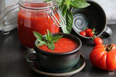 Základní italské sugo ( sugo di pomodoro al basilico ), krok 2:  Rajčata dáme do hrnce a pozvolna vaříme, až jsou úplně rozvařená. Nepospícháme, raději déle a za mírného probublávání, abychom se zbavili přebytečné tekutiny. Jakmile jsou rajčata rozvařená, rozmixujeme je pomocí ponorného mixéru a všechno důkladně propasírujeme.